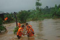 Cảm động hành trình vượt lũ dữ cứu dân mắc kẹt trên cây