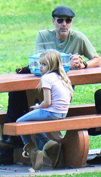 Em gái mải ly hôn, anh trai của Angelina chăm con hộ