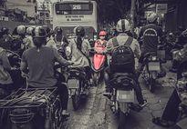 Người phụ nữ đi xe máy đỏ khiến cả cộng đồng mạng 'chào thua'