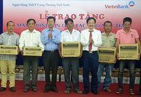 Công đoàn Ngân hàng Vietinbank Quảng Bình trao hỗ trợ cho ngư dân