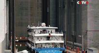 Xem thang máy lớn nhất thế giới chở tàu 3 nghìn tấn qua đập như chở lợn con
