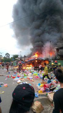 Cháy lớn 3 cửa hàng tạp hóa chuyên phục vụ sinh viên