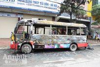 Xe buýt đang đi bỗng bốc cháy dữ dội