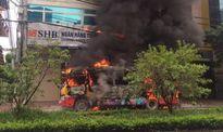 Xe buýt phát nổ, bốc cháy ngùn ngụt trên phố Hà Nội