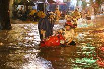 Mưa lớn nhấn chìm nhiều tuyến đường ở TP HCM