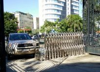 Thanh Hóa: Lái ô tô tông thẳng vào cổng UBND tỉnh