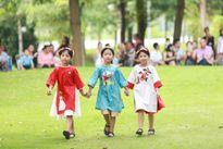 Đoan Trang cùng con gái mặc áo dài đôi diễn thời trang
