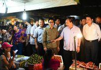 Thủ tướng Nguyễn Xuân Phúc đi chợ, kiểm tra rau quả