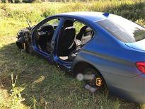 """Kẻ trộm lột sạch đồ trên xe BMW Mẫu xe tính năng cao của serie 5 bị kẻ trộm bỏ lại phần """"xác"""" tại một nơi vắng vẻ. Tuy nhiên, dường như không đủ thời gian để đạt mục đích trọn vẹn, bởi những thứ quan trọng nhất như động cơ và bộ phanh vẫn nằm lại, theo nh"""