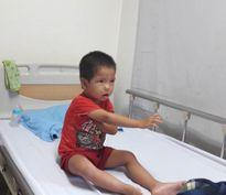Bé trai 3 tuổi dân tộc vừa câm điếc vừa mắc bệnh 'ưa chảy máu'