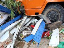 Tai nạn giao thông nghiêm trọng ngày 30/9: Xe cẩu 'điên' cuốn 5 xe máy và 2 cô gái vào gầm