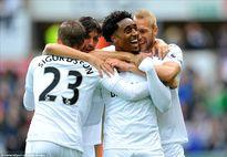 Ngược dòng đánh bại Swansea, Liverpool áp sát ngôi đầu