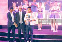 HLV Hữu Thắng bỏ về giữa chừng vì bị mất mặt ở Gala tổng kết mùa giải
