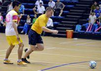 Lính hải quân Mỹ đá bóng cùng sinh viên Đà Nẵng