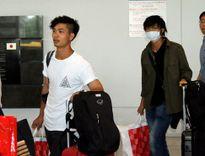 Tuấn Anh bịt kín khẩu trang ngay cả khi chụp ảnh cùng fan ở sân bay