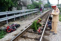Nam Định: Xe ôm bị tàu hỏa đâm chết băng qua đường ray