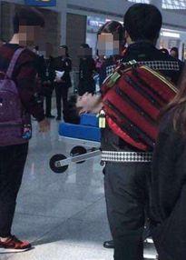 Lay (EXO) bất tỉnh ở sân bay - Bị công ty bóc lột hay quá tham công tiếc việc?