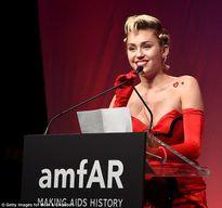 Miley Cyrus: 'Mối quan hệ đầu tiên của tôi là với một cô gái'