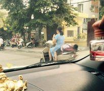 Phát hoảng bà mẹ ''làm xiếc' khi con ngủ gật sau xe máy