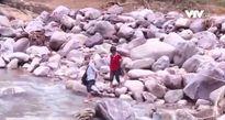 Gian nan con đường đến trường mùa mưa lũ ở Quảng Bình