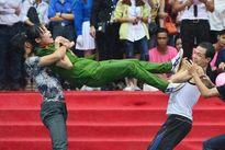 Nữ sinh cảnh sát đấu võ, hạ gục ba thanh niên dưới mưa