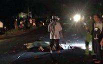 Xe máy vào gầm xe tải, 3 người thương vong