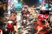 Người Sài Gòn bì bõm lội nước tối nay khi triều cường đạt đỉnh