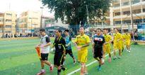 Ca sĩ Tuấn Hưng đá bóng gây quỹ ủng hộ đồng bào miền Trung