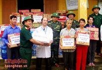Bệnh viện Quân y 4 tặng quà đồng bào vùng lũ lụt