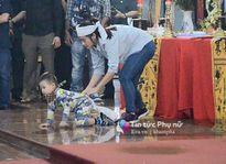 'Tan nát ruột gan' nhìn con trai bé bỏng bò đi tìm cha trong tang lễ 3 phi công