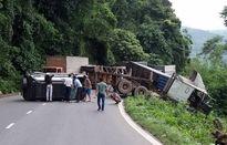 Giải cứu 6 người trong ô tô lật chắn ngang đèo Bảo Lộc