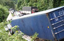Container mất lái khi đổ đèo, tông thẳng vào ô tô chở 6 người