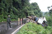 Tai nạn ở đèo Bảo Lộc, xe đầu kéo 'treo' trên miệng vực