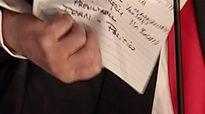 Mảnh giấy Trump tức giận xé bỏ sau tranh luận viết gì?