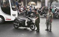 TP.HCM: Đang chạy xe, nam thanh niên bị chém đứt gần lìa tay