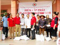Hội CTĐ thành phố Hà Nội trao tiền, hàng cứu trợ cho 100 hộ dân vũng lũ Nghi Lộc