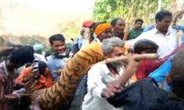 Hổ dữ ăn thịt người bị diễu xác quanh phố