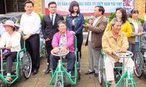 Cả ngàn người khuyết tật, người nghèo được tặng xe lăn, thẻ BHYT
