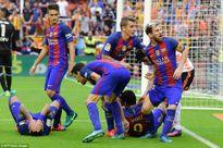 Ăn mừng quá khích, cầu thủ Barca bị CĐV đối thủ hạ đo ván bằng chai nước