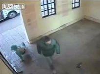 'Soái ca' cứu phụ nữ bị đánh tại trạm xe buýt ở Nga