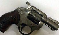 Mang súng côn xoay khi đạn đã lên nòng, bị cảnh sát tóm gọn