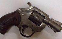 Bắt 2 đối tượng mang theo súng ngắn trong đêm
