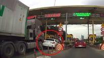 Giành đường ở trạm thu phí, Honda Civic bị container tông bẹp đuôi