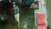 VIDEO tên cướp xông vào tiệm uốn tóc giật điện thoại