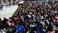Nghẹt thở gần 8000 người chen chân ứng tuyển cho 1 vị trí… tiếp tân