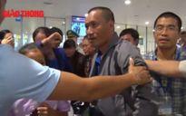 3 thuyền viên Việt bị cướp biển Somalia bắt giữ về tới Nội Bài