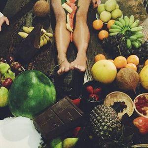 Cư dân mạng phẫn nộ vì tiệc hoa quả trên thân thể phụ nữ