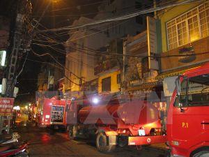 Dội nước để dập đám cháy cột điện, gây mất điện diện rộng