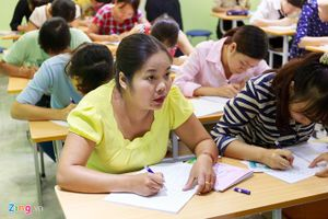 Thầy cô giáo đi học viết chữ đẹp