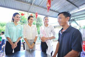 Hoa hậu Phạm Hương giản dị đi từ thiện